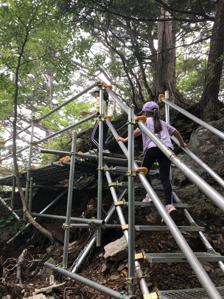 妙法ヶ岳 標高1329m 三峯神社 奥宮 登山道 鉄パイプ階段