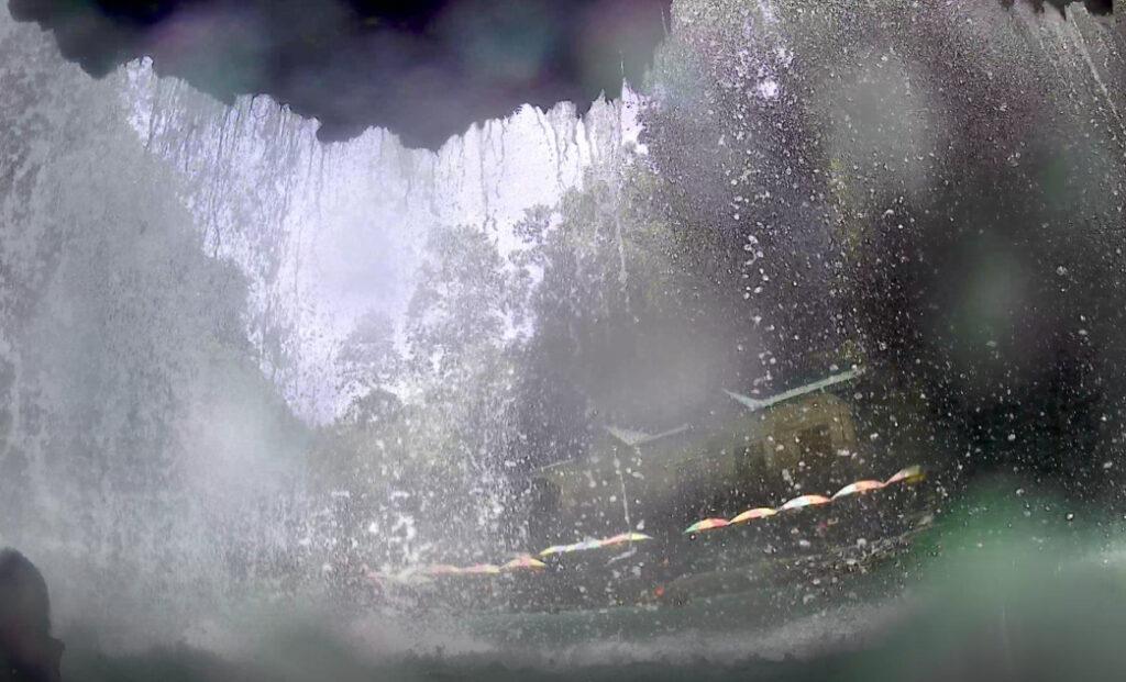 モアルボアル カワサンの滝 滝の裏側